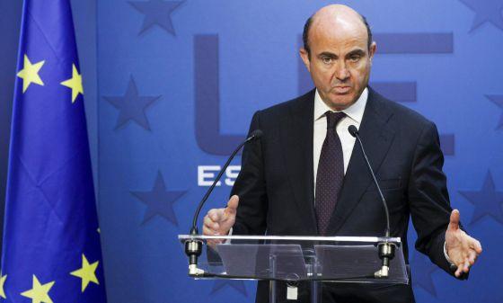 El ministro español de Economía y de Competitividad, Luis de Guindos, comparece ante los medios al término de la reunión del Ecofin
