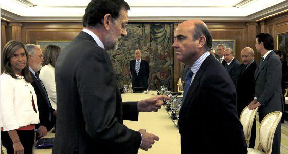 Rajoy y De Guindos, en la reunión del Consejo de Ministros que presidió el Rey.