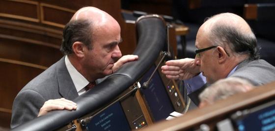 Guindos (Economía) y Montoro (Hacienda), en el Congreso.