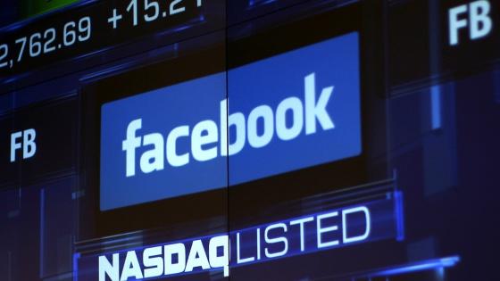 Monitor con la imagen de Facebook en el Nasdaq.