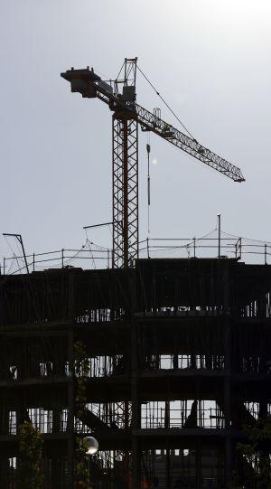 Grúa de la construcción en el residencial Francisco Hernando en Seseña (Toledo).