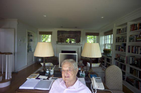 George Soros en su despacho de su casa de los Hamptons, en EE UU.
