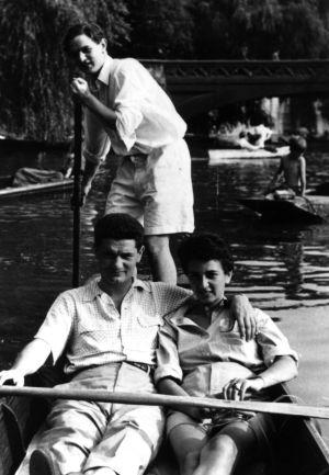 Soros de pie remando por el Támesis a finales de los años cuarenta.