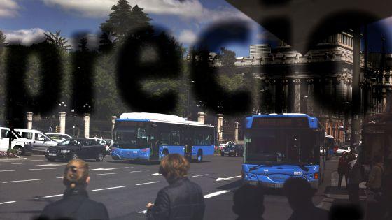"""La palabra """"precio"""" se refleja en una marquesina de autobuses de la EMT situada en la plaza de Cibeles, en Madrid"""