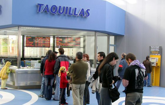 Un grupo de espectadores hacen cola en un cine de Vitoria.
