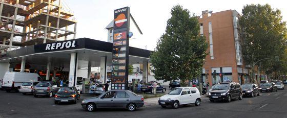 Colas en una gasolinera de la calle Alcalá de Madrid.