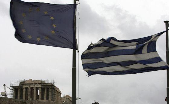 Las banderas griegas y de la Unión Europea frente al Partenón
