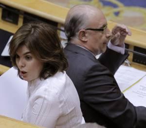 La vicepresidenta del Gobierno, Soraya Sáenz de Santamaría (i), junto al ministro de Hacienda, Cristóbal Montoro (d). EFEArchivo