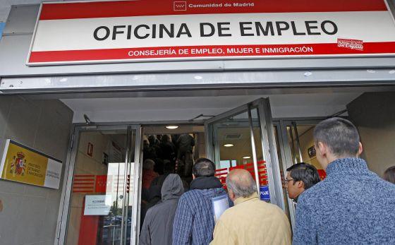 Entrada de una oficina de empleo, en un barrio de Madrid.