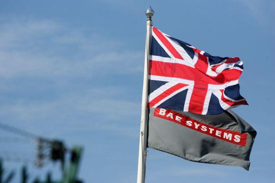 La bandera británica y el logo de BAE Systems en la sede de East Yorkshire.