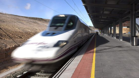 Un tren de alta velocidad (AVE) a su paso por la estación de Cuenca.