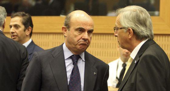Luis de Guindos habla con el presidente del Eurogrupo, Jean-Claude Juncker.