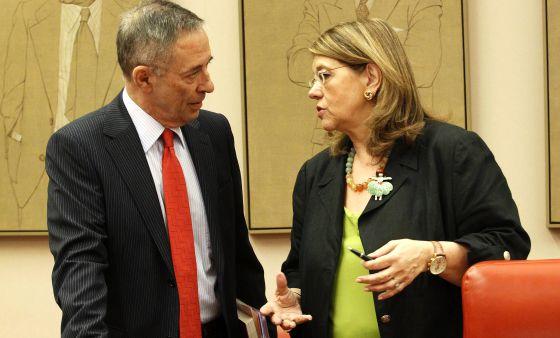 Elvira Rodríguez charla con Julio Segura, actual presidente de la CNMV, en el Congreso.