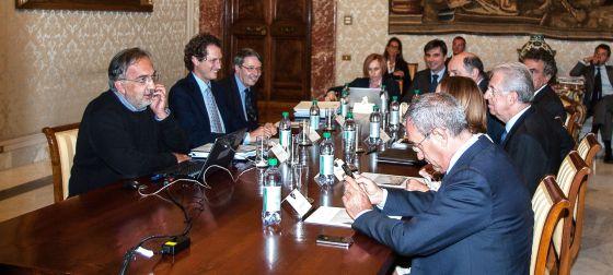 Reunión entre la directiva de Fiat y miembros del Gobierno italiano, entre ellos, el primer ministro Mario Monti (tercero por la derecha).