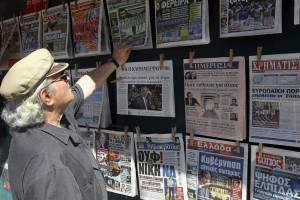 Un hombre repasa titulares de distintos periódicos en Atenas, Grecia. EFEArchivo