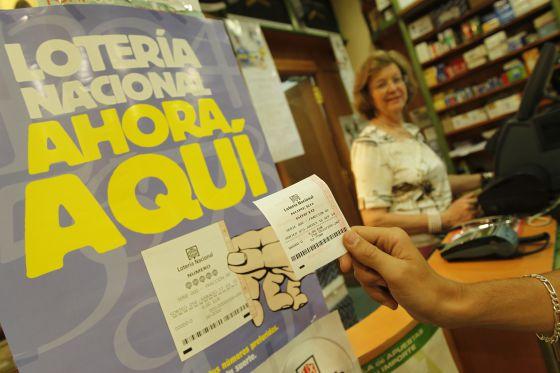 Máquina que expende billetes de Lotería Nacional en un estanco de Madrid.