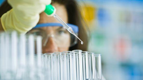Una técnica trabaja en un laboratorio