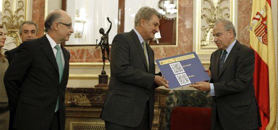 El ministro de Hacienda y Administraciones Públicas, Cristóbal Montoro, junto al presidente del Congreso, Jesús Posada (centro), y el presidente de la Comisión de Presupuestos, Alfonso Guerra (derecha)
