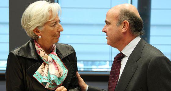 Luis de Guindos, ministro de Economía de España, habla con Christine Lagarde, directora del FMI, que este lunes acudió al Eurogrupo