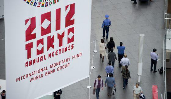 Un cartel anuncia la asamblea del FMI en Tokio (Japón)