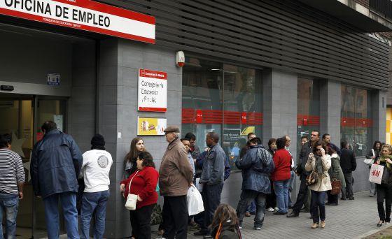 Cola de parados ante una Oficina de Empleo en Madrid