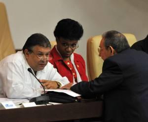 En la imagen, el presidente de Cuba, Raúl Castro (d), conversa con el ministro de Economía, Marino Murillo (i), durante la última sesión del año de la Asamblea Nacional de Cuba. EFEArchivo