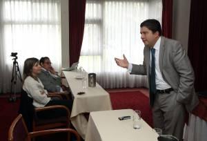 El gerente de Adalid Corporation Colombia, Andrés Guzmán Caballero (d), habla durante la presentación de el Máster en Auditoría, Seguridad, Gobierno y Derecho de las TIC en Bogotá.