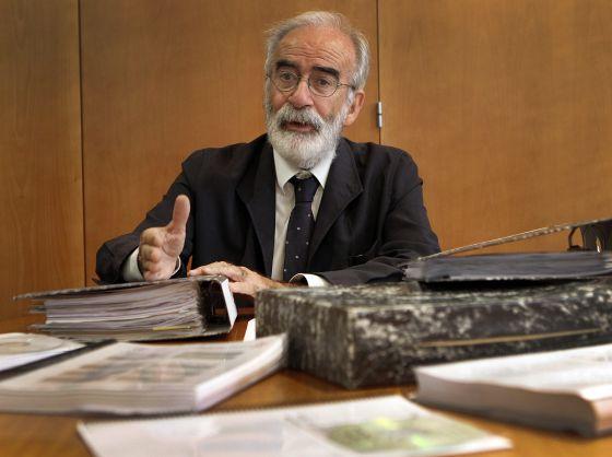 Ramón Iglesias, con parte de la documentación de su bodega que le han ido exigiendo durante tres años.