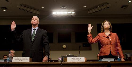 Raymond McDaniel, presidente de Moody's, y Kathleen Corbet, expresidenta de S&P.