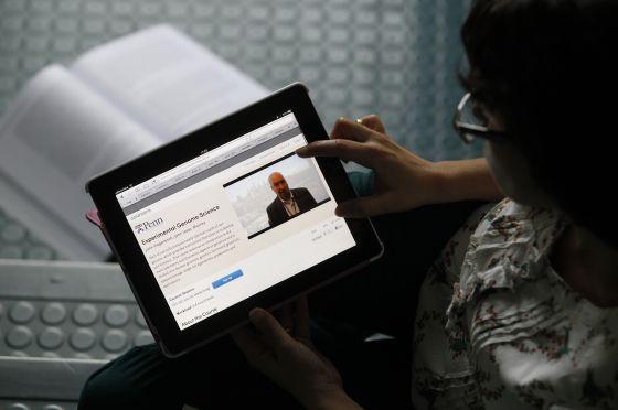 Una mujer recibe un curso de la página Coursera