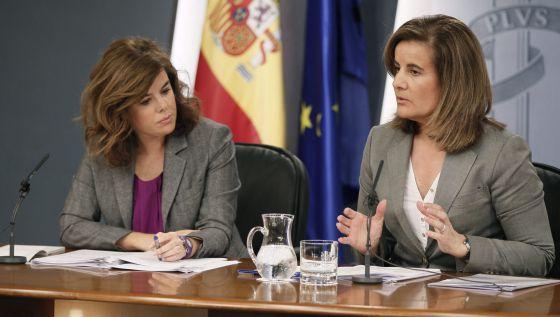 La vicepresidenta del Gobierno, Soraya Saénz  de Santamaría, acompañada por la Ministra de Empleo, Fátima Báñez