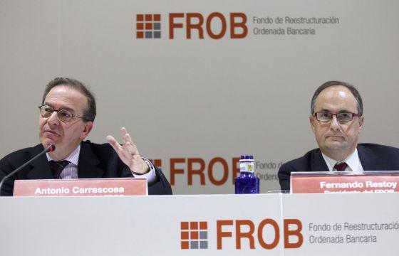 Antonio Carrascosa (i), y Fernando Restoy,durante la rueda de prensa que han ofrecido para presentar las características de la Sociedad de Gestión de Activos procedentes de la Reestructuración Bancaria (Sareb).