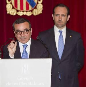 El vicepresidente Económico, de Promoción Empresarial y de Ocupación del Gobierno balear, Josep Ignasi Aguiló (i), junto al presidente del Gobierno regional, José Ramón Bauzá. EFEArchivo