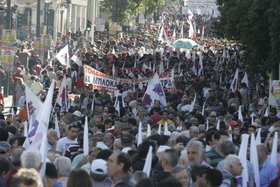 Miembros del sindicato comunista PAME se manifiestan en el centro de Atenas, en Grecia.