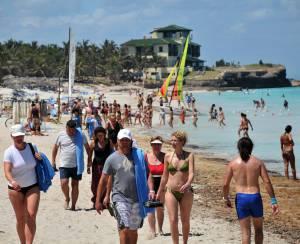 Cientos de cubanos y extranjeros disfrutan de un día de mar en la playa de Varadero. EFEArchivo