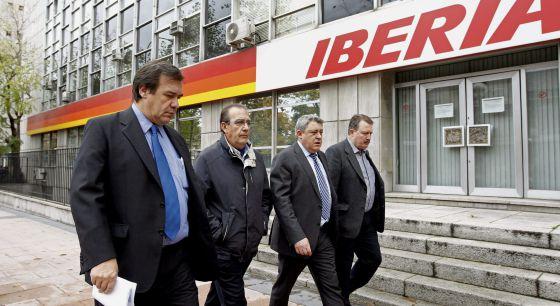 El secretario federal del sector aéreo de UGT, Francisco Rodríguez (segundo por la izquierda), acompañado de los representantes de UGT, CC OO y el Sepla.