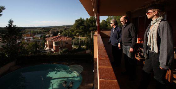 El propietario, X. Piñol (en el centro), enseña su villa valorada en un millón de euros a una pareja de rusos en la urbanización Punta de La Mora (Tarragona), el pasado jueves.