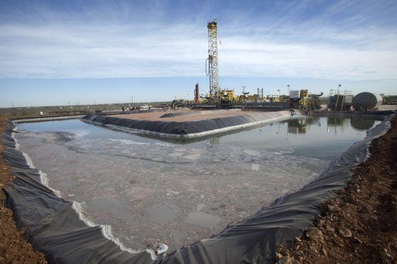 Vista de actividades de preparación para extraer petróleo en un pozo de la compañía Windsor Energy, en Midland, Texas (EE UU).