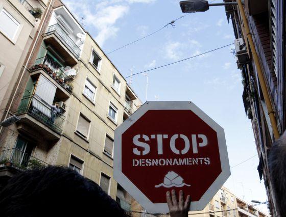 Una pancarta con un cartel de 'Stop desahucios' en una protesta en Valencia.