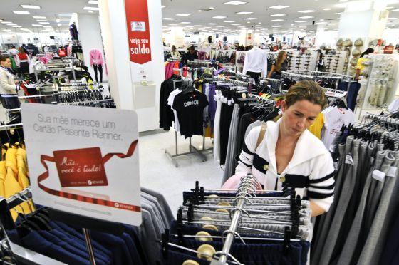 Una mujer compra en una tienda de Sao Paulo (Brasil).