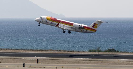 Un avión de Air Nostrum en el aeropuerto de Almería.