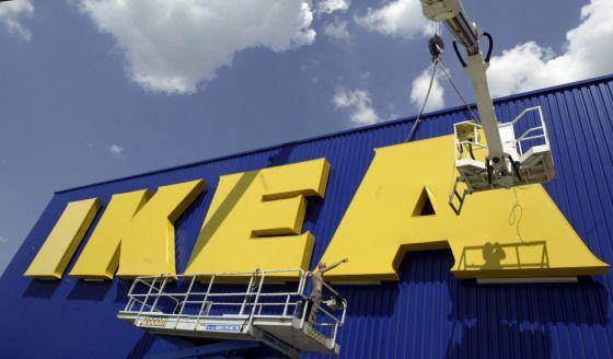 Operarios colocan un cartel de Ikea en su tienda