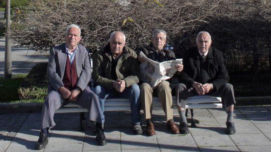 Jubilados en la plaza de la estación de trenes de A Coruña