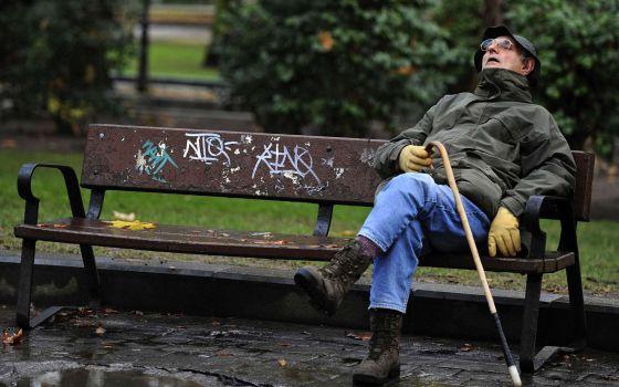 Un hombre descansa en un parque de Oviedo