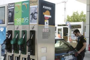 Un Joven pone gasolina a su coche en una gasolinera. EFEArchivo