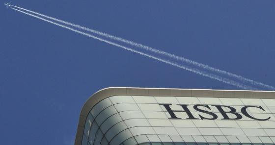 Un avión pasa por encima de la sede de HSBC en Londres.