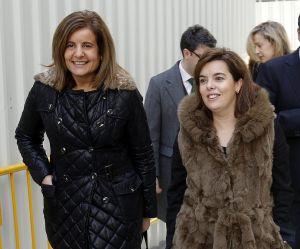 La vicepresidenta del Gobierno, Soraya Sáenz de Santamaría (derecha), y la ministra de Trabajo, Fátima Báñez