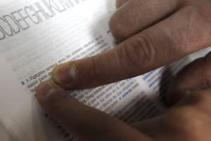 Diego Gutiérrez Moreno tiene 13 años, estudia secundaria y posee una afición muy singular: leer diccionarios. Y fue precisamente leyendo uno de Larousse cuando encontró una errata, lo que ha llevado a la editorial a premiarle y comprometerse a enmendarla en la reimpresión de la obra.