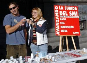 Miembros de UGT-Aragón celebran el aumento del Salario Mínimo Interprofesional (SMI) con un reparto de turrones y cava entre los viandantes en la Plaza de España de Zaragoza. EFEArchivo