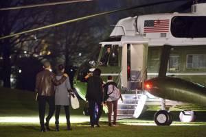 En la imagen, el presidente de EE.UU., Barack Obama, su hija Malia, la primera dama Michelle Obama, y su hija Sasha, salen de la Casa Blanca para unas vacaciones de Navidad en Hawai.